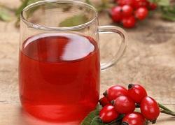 Herbatka z owoców dzikiej róży ze względu na obróbkę termiczną zawiera znacznie mniej składników odżywczych niż świeże owoce. Przy umiejętnym procesie suszenia oraz zalaniu niezbyt gorącą wodą (do 40 stopni) możemy zachować sporą część unikalnych właściwości.